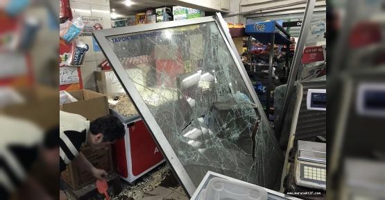 Otomobil Markete Girdi 2 Yaralı