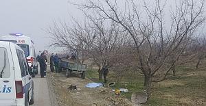Traktörden 2 Kişi Düştü Biri Öldü
