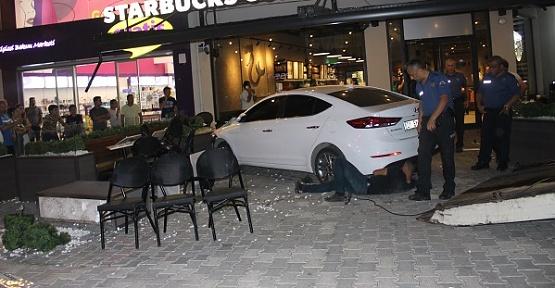 Otomobil Kafeye Girdi 5 Yaralı
