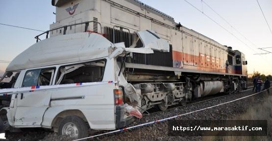 Tren Minibüse Çarptı 2 Ölü
