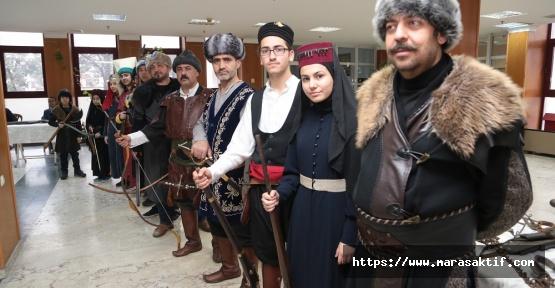 Savaş Kıyafetleri ve Silahları Sergileniyor