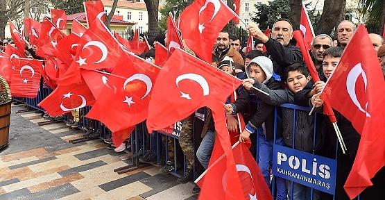 Türk Bayraklarıyla Cadde Kırmızıya Boyandı