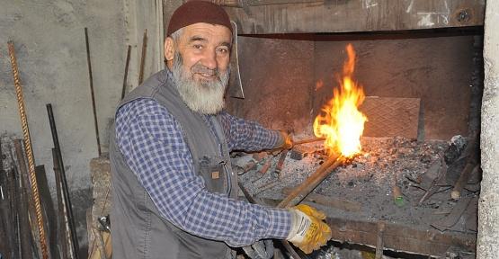 İhtiyar, Kor Ateşin Karşısında Oruç Tutuyor
