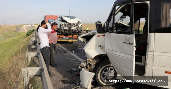 Minibüs Otomobillerle Çarpıştı 11 Yaralı