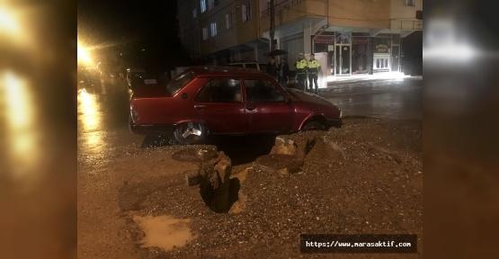 Yol Çöktü Otomobil İçine Düştü