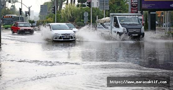 Caddeler Su İle Doldu