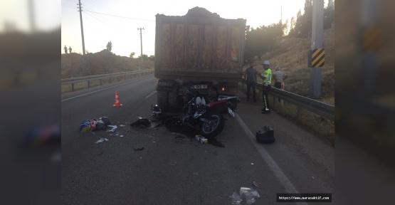 Motosiklet Sürücüsü Kamyona Çarptı Öldü