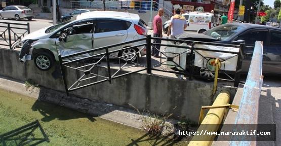 Otomobil Korkulukta Takılı Kaldı