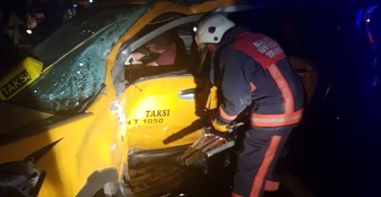 Taksi İle Otomobil Çarpıştı 7 Yaralı
