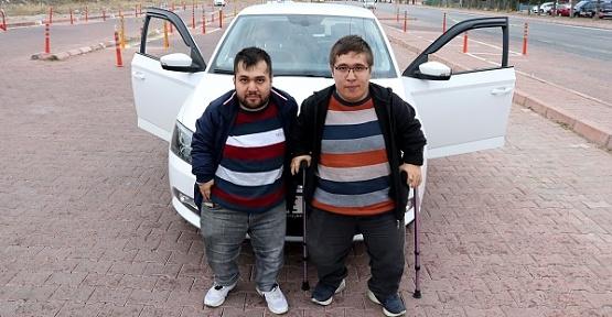 Engelli Kardeşler Ehliyetlerini Aldı