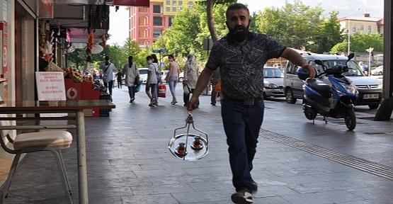 Dizi Oyuncusu Kahramanmaraş'ta Çaycılık Yapıyor