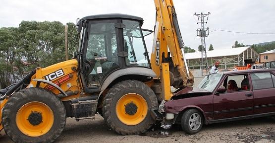 Otomobil İş Makinesine Çarptı 2 Yaralı