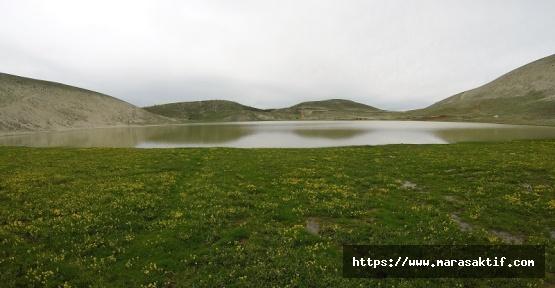 Ahır Dağı'nın Zirvesindeki Göller
