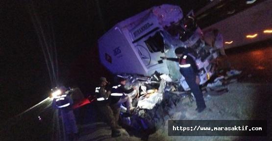 Kargo Aracıyla Otomobil Çarpıştı 3 Ölü