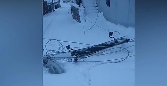 Kar Elektrik Direklerini Devirdi