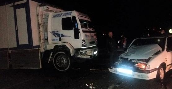 Otomobil Kamyonla Çarpıştı 2 Yaralı