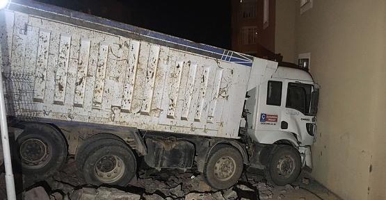 Kahramanmaraş'ta Kamyon Apartmana Çarptı