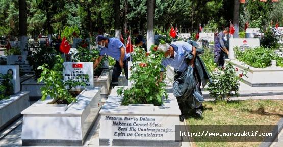 Mezarlıkta Çevre Düzenlemesi Yapılıyor