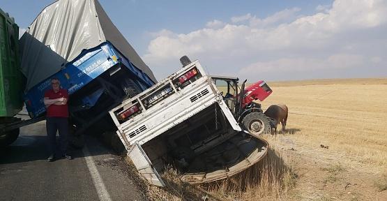 Traktör İle Kamyonet Çarpıştı 3 Yaralı