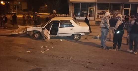 İki Otomobil Çarpıştı 2'si Ağır 4 Yaralı