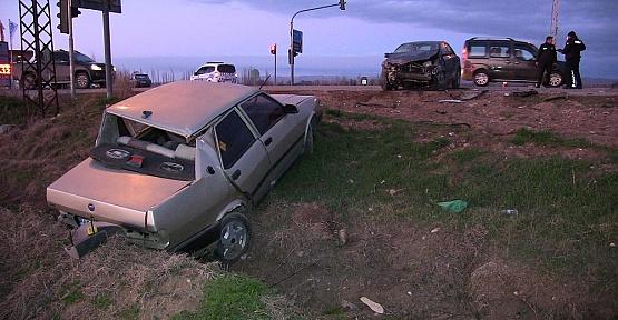 Otomobiller Çarpıştı 1 Ağır Yaralı
