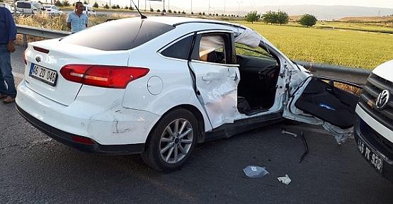 Otomobiller Çarpıştı 2 Ağır Yaralı
