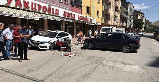 Motosiklet Otomobile Çarptı 3 Yaralı
