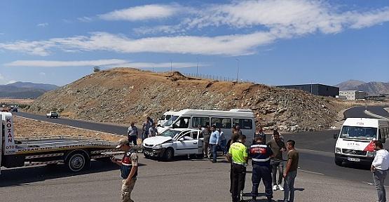 Minibüsle Otomobil Çarpıştı 4 Yaralı