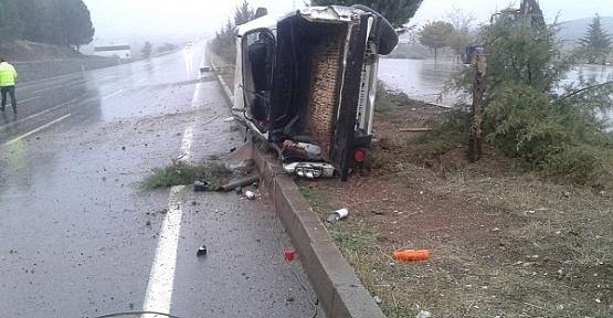 Kamyonet Devrildi Sürücü Yaralandı