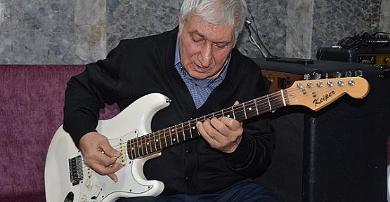 Gitarist Huzurevinde Yaşama Tutundu