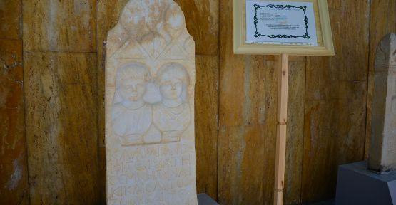 Romalı Çiftin Mezar Taşına İlgi