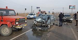 Otomobiller Kamyonete Çarptı 2 Yaralı