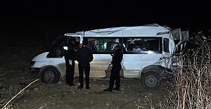 Minibüs Devrildi 12 Yaralı