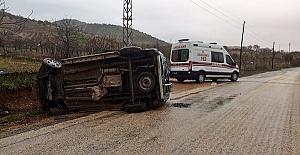 Araç Direğe Çarptı 4 Yaralı