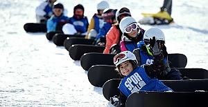 Kayak Merkezinde 2 Bin Çocuk Snowboard Öğrendi