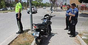 Motosiklet Devrildi 3 Kişi Yaralandı