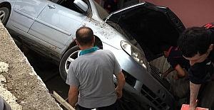 Otomobil Bahçeye Düştü 2 Yaralı