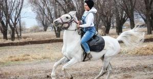 Genç Kızı Atlar İyileştirdi