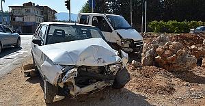 Kamyonet Otomobille Çarpıştı 4 Yaralı