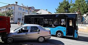 Halk Otobüsü Otomobille Çarpıştı