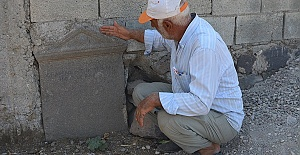 Tarihi Mezar Taşıyla Bahçe Duvarı Ördü
