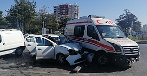 Otomobil Ambulansla Çarpıştı 6 Yaralı