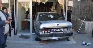 Araç Çarptı Berber Dükkanına Girdi