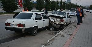 Duran Araca Çarptı 3 Yaralı