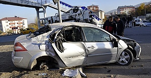 Trafik Levhasına Çarptı 3 Yaralı