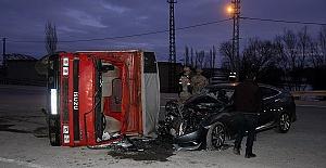 Kamyonetle Otomobil Çarpıştı 6 Yaralı