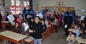 Öğrencilerin Karnesini Polisler Verdi