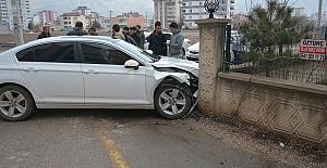 Kahramanmaraş'ta Otomobil Duvara Çarptı