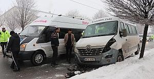Minibüsler Çarpıştı 12 Kişi Yaralandı