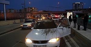 Otomobilin Üzerine Tahliye Borusu Düştü